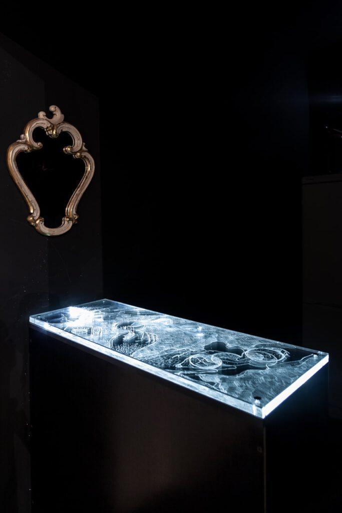 Tobias Dostal The Hint 2018 Acryl,LEDs, elektrische Schaltung, Holz 29 x 80 x 90cm  Fotos: Markus Georg